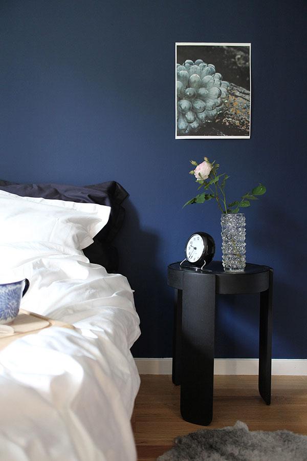 Blått sovrum. blåa väggar, blåmålade väggar
