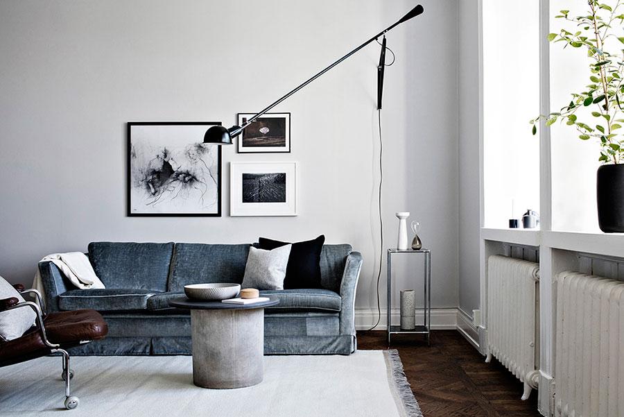 Sammetssoffa, vardagsrum, skinnfåtölj, vägglampa