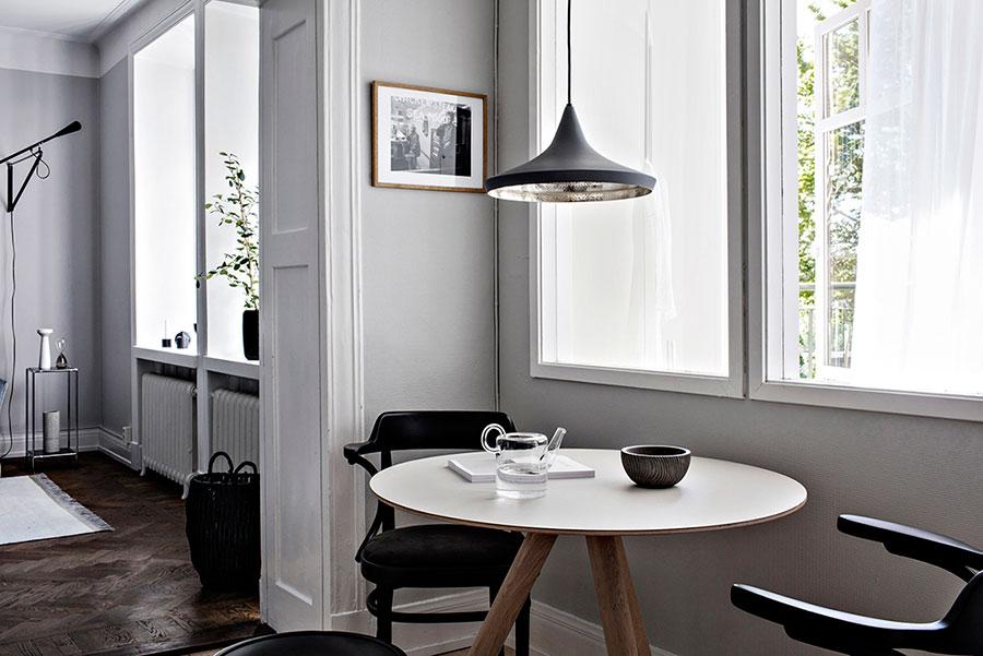 kök. runt bord, svarta stolar